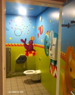 Banheiro no aeroporto Charles De Gaulle em Paris